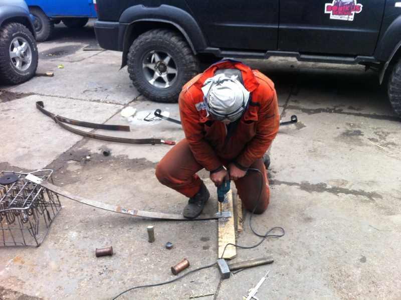 Сверление рессоры ручной дрелью