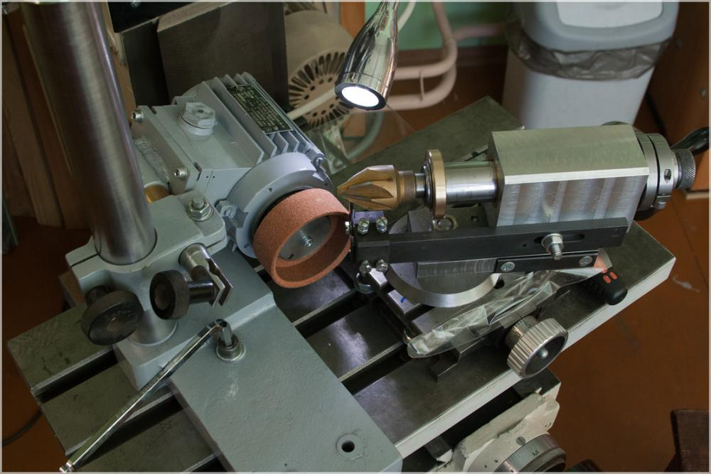 Рис. 1 Заточка инструмента с применением наждачного тарельчатого круга.