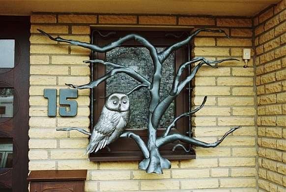 Авторская кованая оконная решетка с филином на дереве