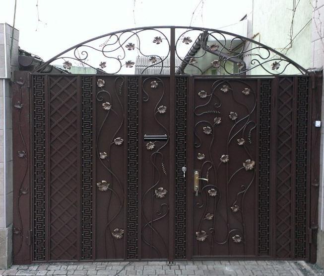 Двустворчатые кованые ворота с встроенной калиткой