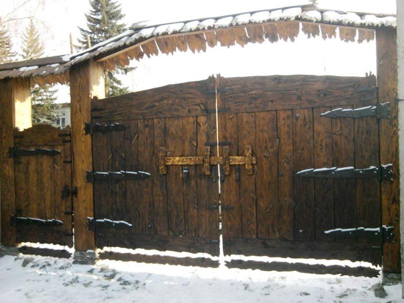 Двустворчатые деревянные ворота с калиткой и коваными элементами декора