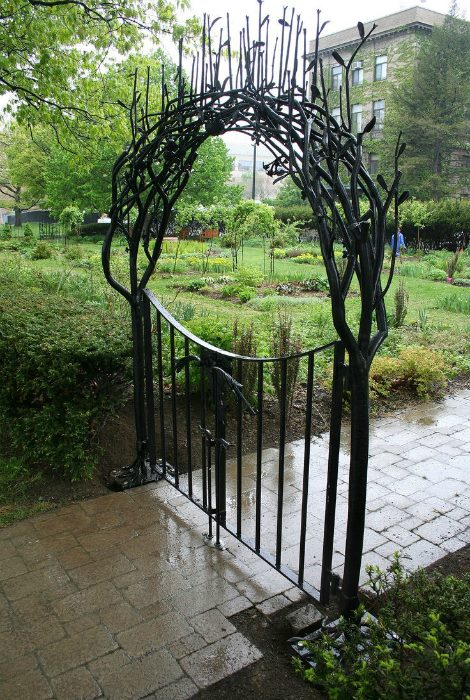 Кованые арки над калиткой для парка