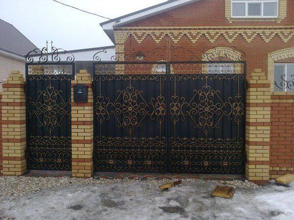 Кованые ворота калитки из профнастила