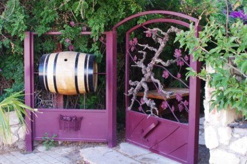 Уникальная кованая калитка для частной винодельни с деревом