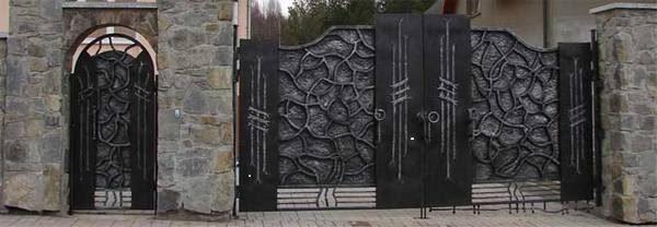 Таинственная калитка с двустворчатыми воротами