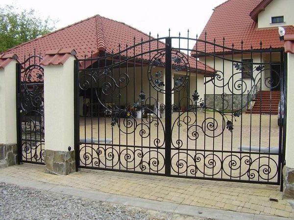 Двустворчатые кованые ворота с калиткой