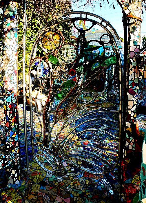 Декоративная кованая калитка с цветными стеклышками