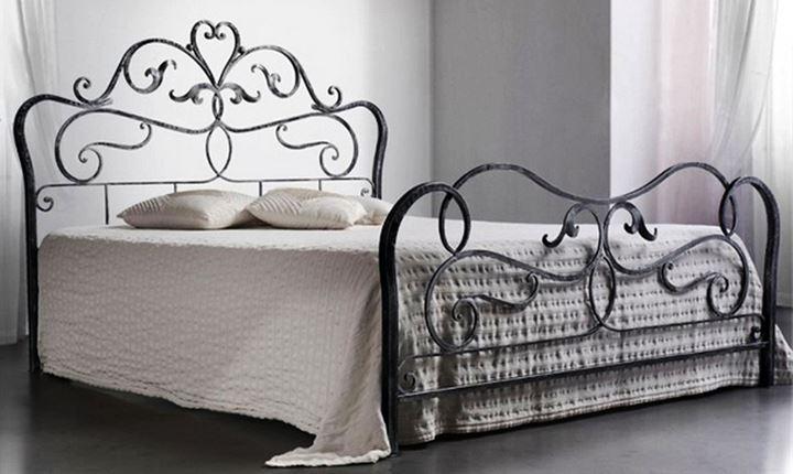 Двухспальная кровать с кованой спинкой