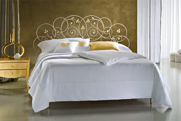 Роскошная кровать с коваными элементами без изножья