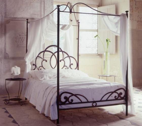 Кованая полутороспальная кровать с коваными стойками для балдахина