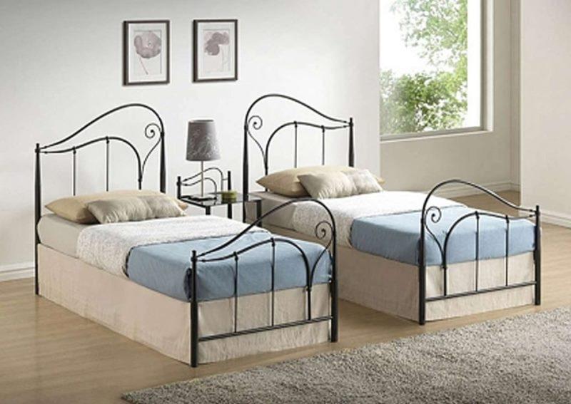 Кованые односпальные кровати в детской спальне