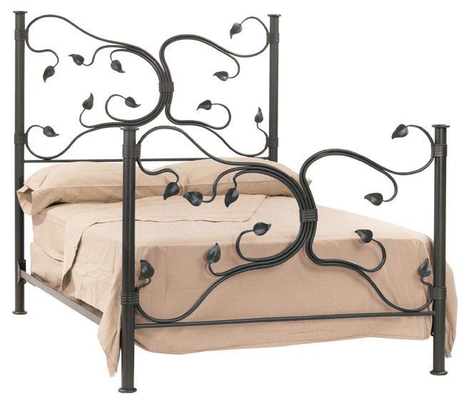 Кованая высокая кровать с ветвистым орнаментом