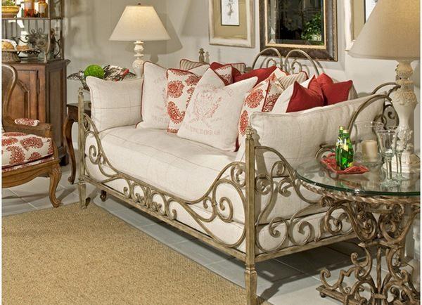 Весьма удобная кованая диван кровать с изящными линиями