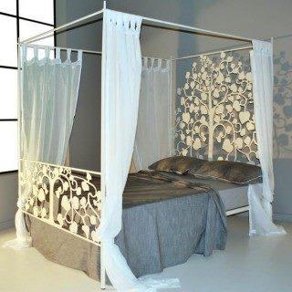 Нежная кровать с кованым деревом в изголовье