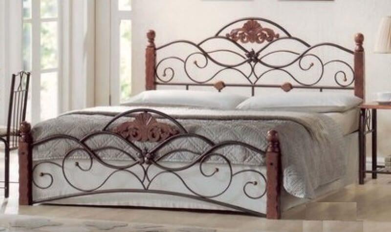 Металлическая кровать с деревянными вставками