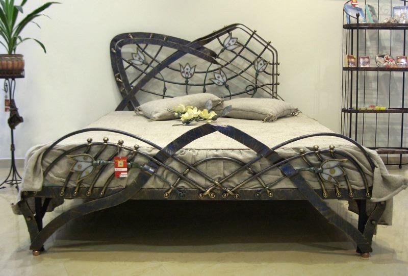 """Кованая металлическая кровать с элементами декора """"Тюльпаны"""""""