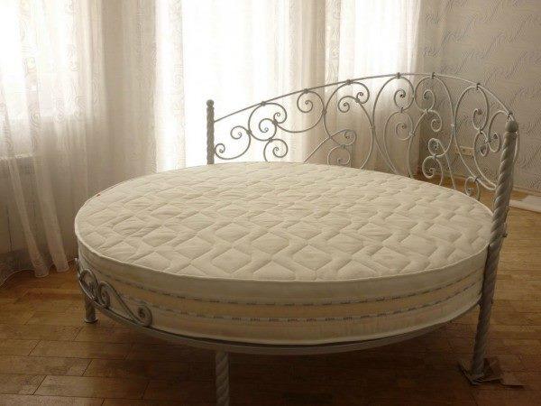 Круглая кованая кровать для спальни