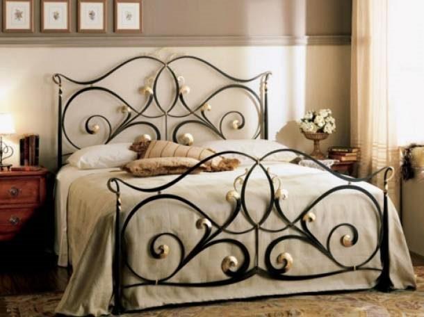 Эксклюзивная металлическая кровать с вензелями