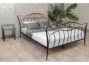 Дорогая кованая кровать в современном интерьере