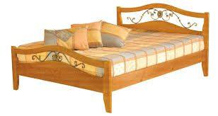 Незаурядные кованые элементы деревянной кровати