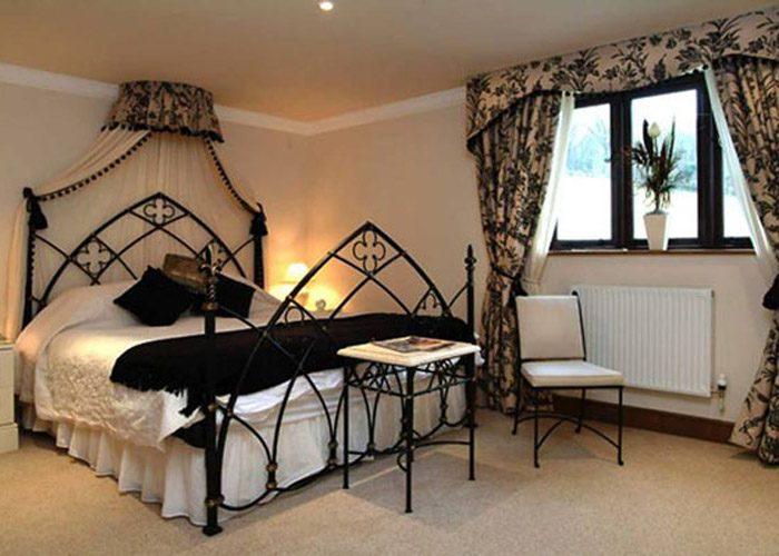 Кованая кровать с царскими мотивами для утонченных натур