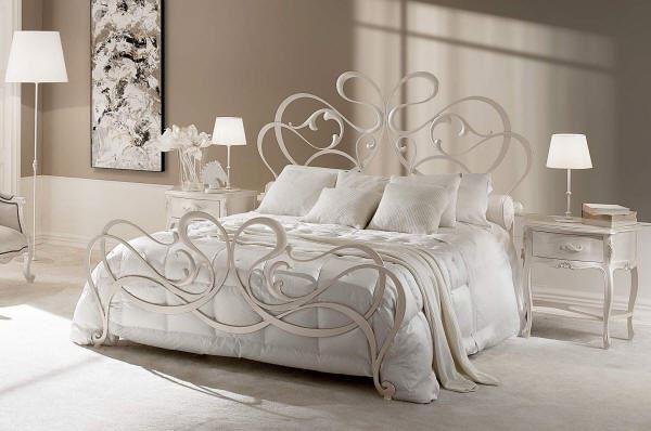Воздушная кованая белая кровать идеально впишется в любом интерьере