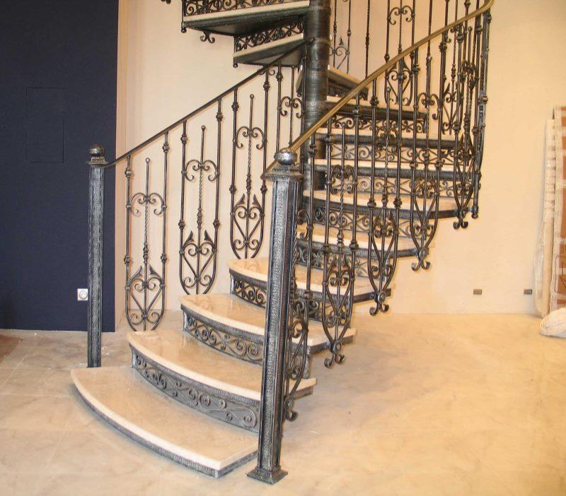 Кованая полувинтовая лестница со строгим рисунком