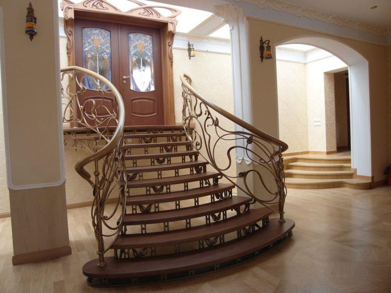 Входная кованая лестница с воздушными мотивами