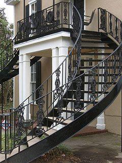 Кованая лестница плавно переходящая в кованые балконы