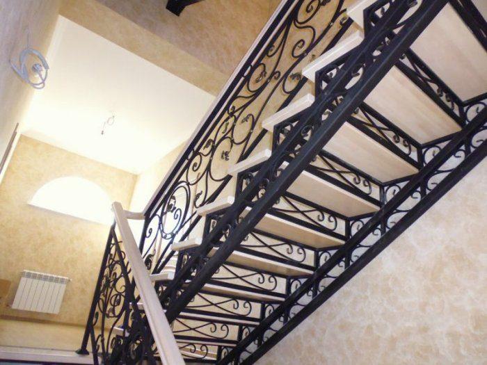 Кованые балясины с вензельным орнаментом для лестницы