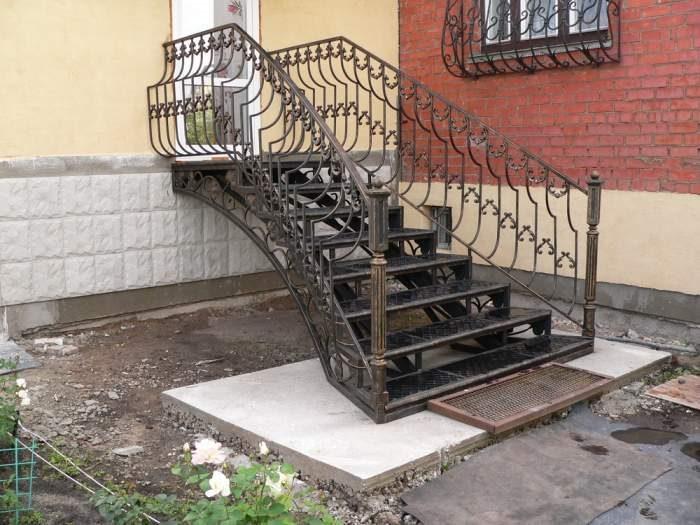 Небольшие кованые входные лестницы