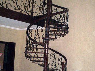 Оригинальные кованые изделия для винтовых лестниц