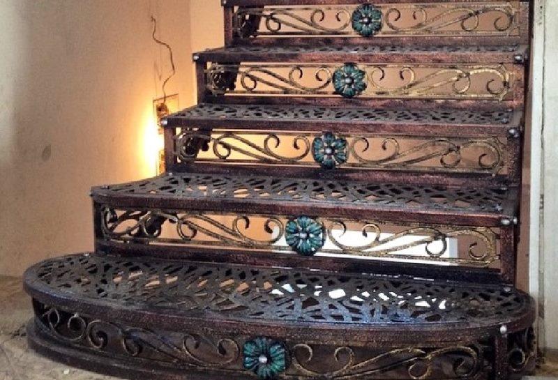 Кованая лестница для дома в старинном стиле