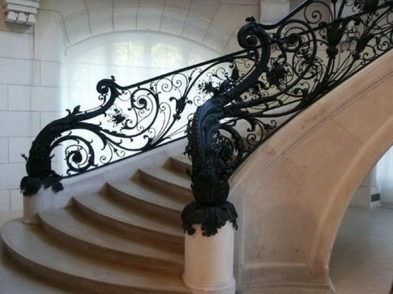 Винтовая лестница с коваными балясинами