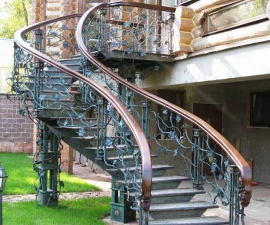 Удивительно красивая кованая лестница на улице
