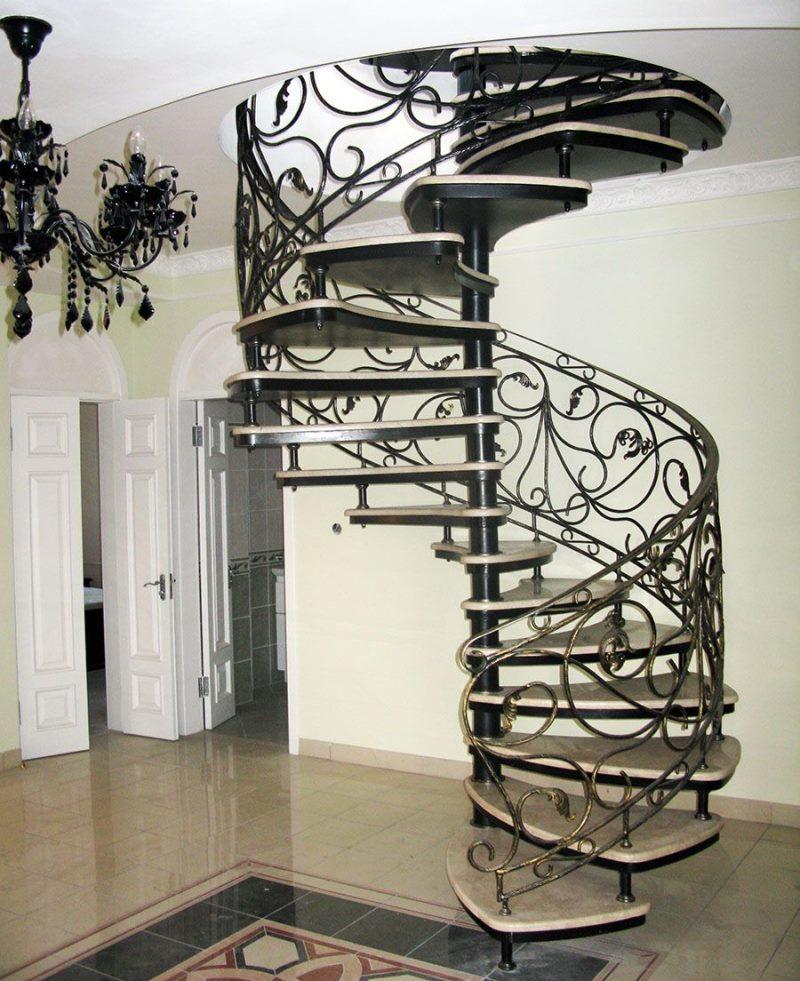 Элегантная кованая лестница на этаж