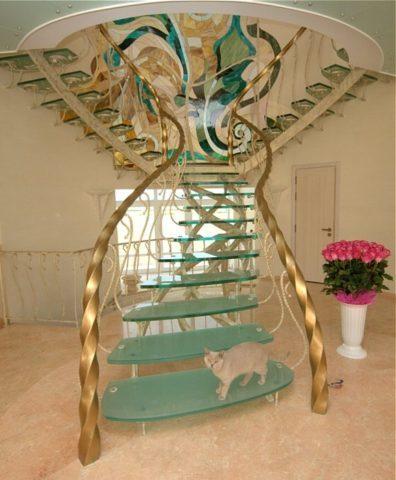 Роскошная кованая лестница с забежными ступенями