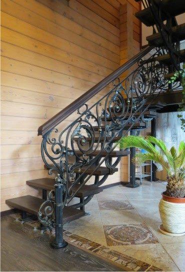 Великолепное интерьерное решение кованая лестница в деревянном доме
