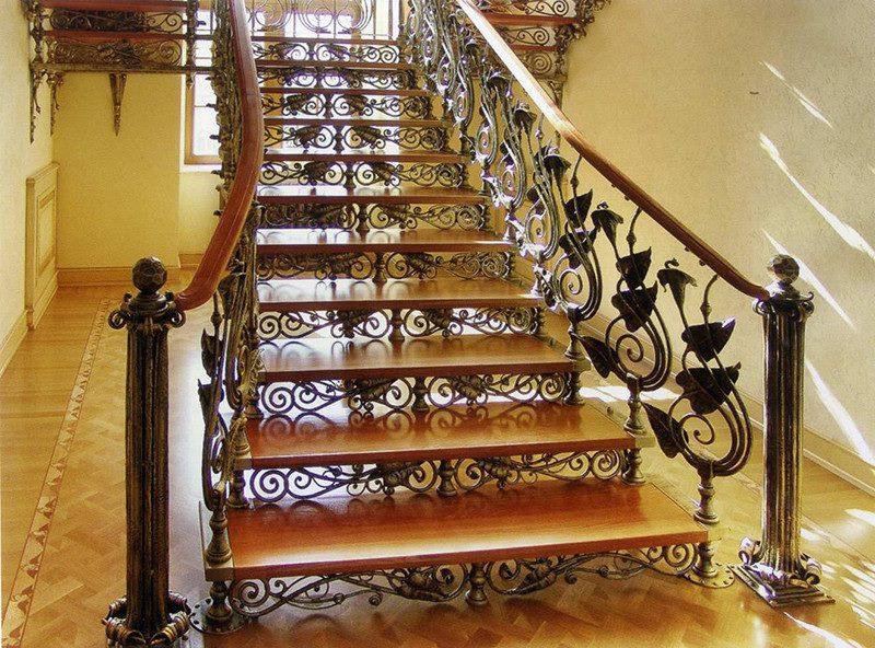 Дорого и основательно смотрятся кованая лестница в доме