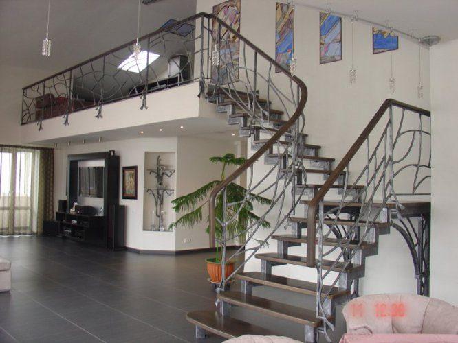Кованая лестница в интерьере придает шарм и изысканность
