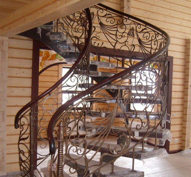 Функциональные кованые винтовые лестницы в частном доме