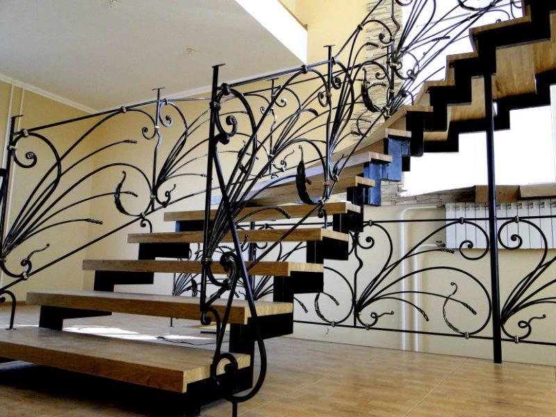 Деревянно кованая лестница