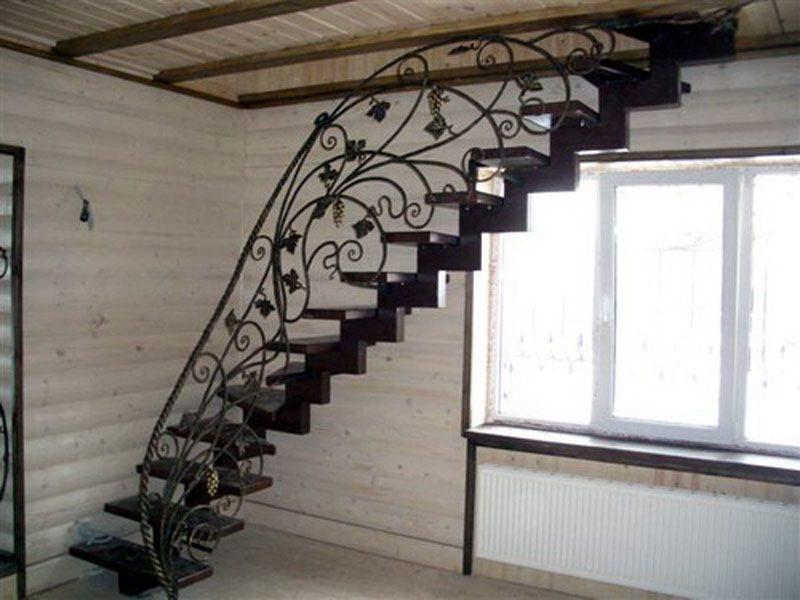 Основательные и в то же время грациозные лестницы из металла