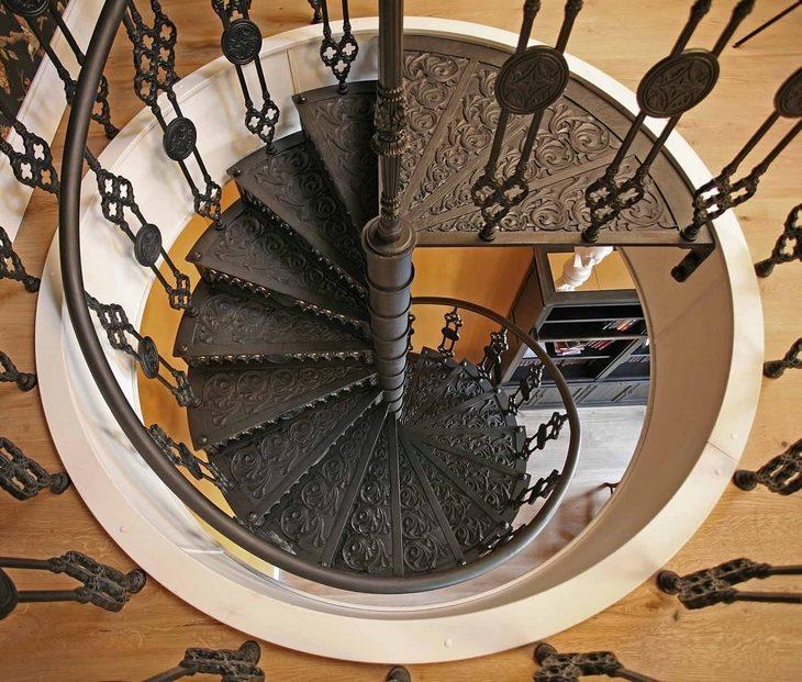 Винтовая кованая лестница на второй этаж