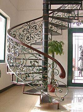 Живописная кованая лестница в доме