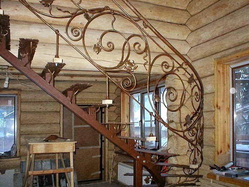 Красивая полностью кованая лестница в частном доме