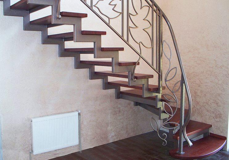 Кованая лестница ломаный косоур с ветвистым орнаментом