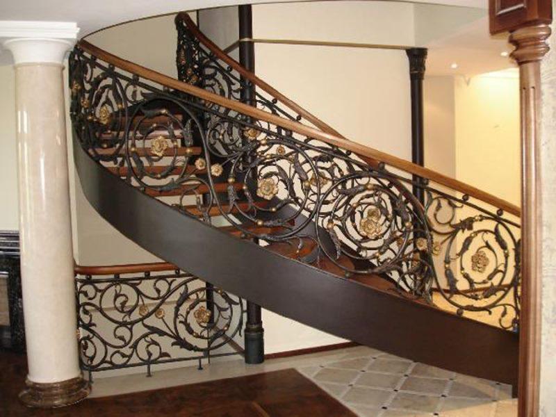 Элитная кованая лестница с деревянными вставками