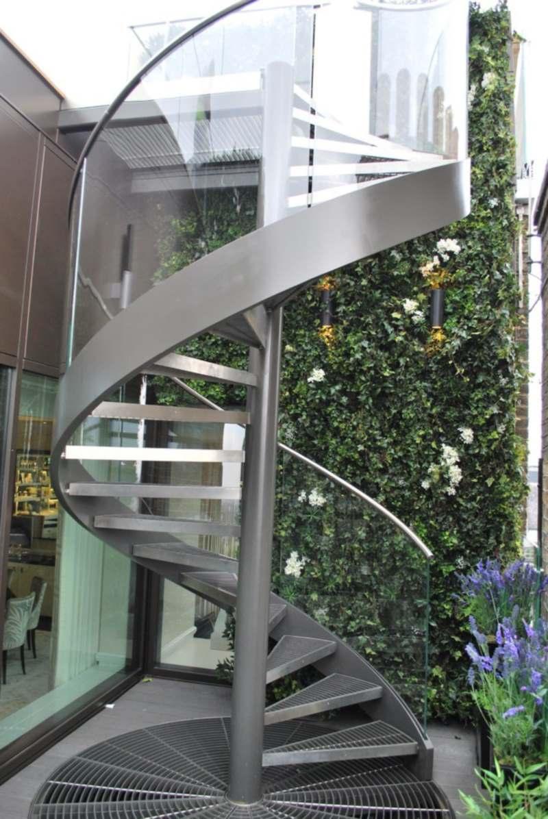 Красивая кованая лестница в классическом стиле