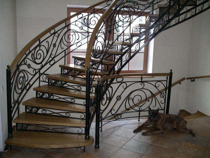 Внутренняя кованая лестница в частном доме